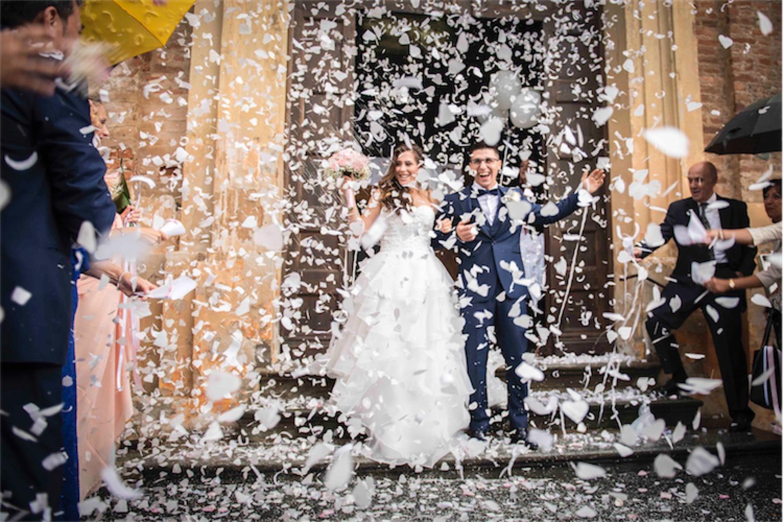 Paolo Mantovan Fotografo Matrimonio Orbassano Liguria Montagna Mare Piemonte Torino Cinque Sposi Terre Giula e Marco-115 Uscita Sposi Petali Bianchi Pioggia