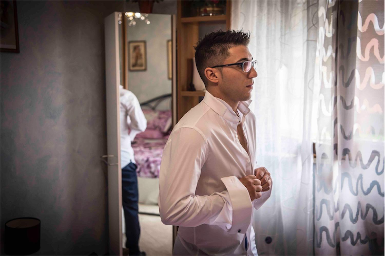Paolo Mantovan Fotografo Matrimonio Orbassano Liguria Montagna Mare Piemonte Torino Cinque Sposi Terre Giula e Marco-25 Sposo Camicia Preparazione Specchio